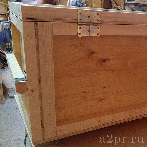 Петли на деревянном ящике